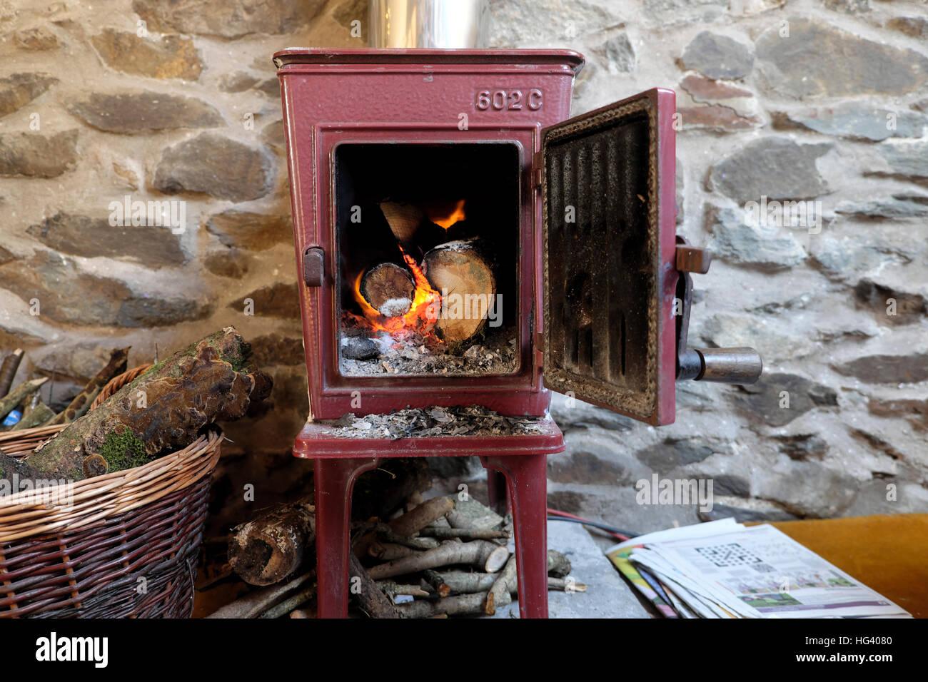 Alten Jotul 602C Kaminofen Mit Tür Offene Protokolle Brennende Feuer  Flammen In Einer Steinhütte In