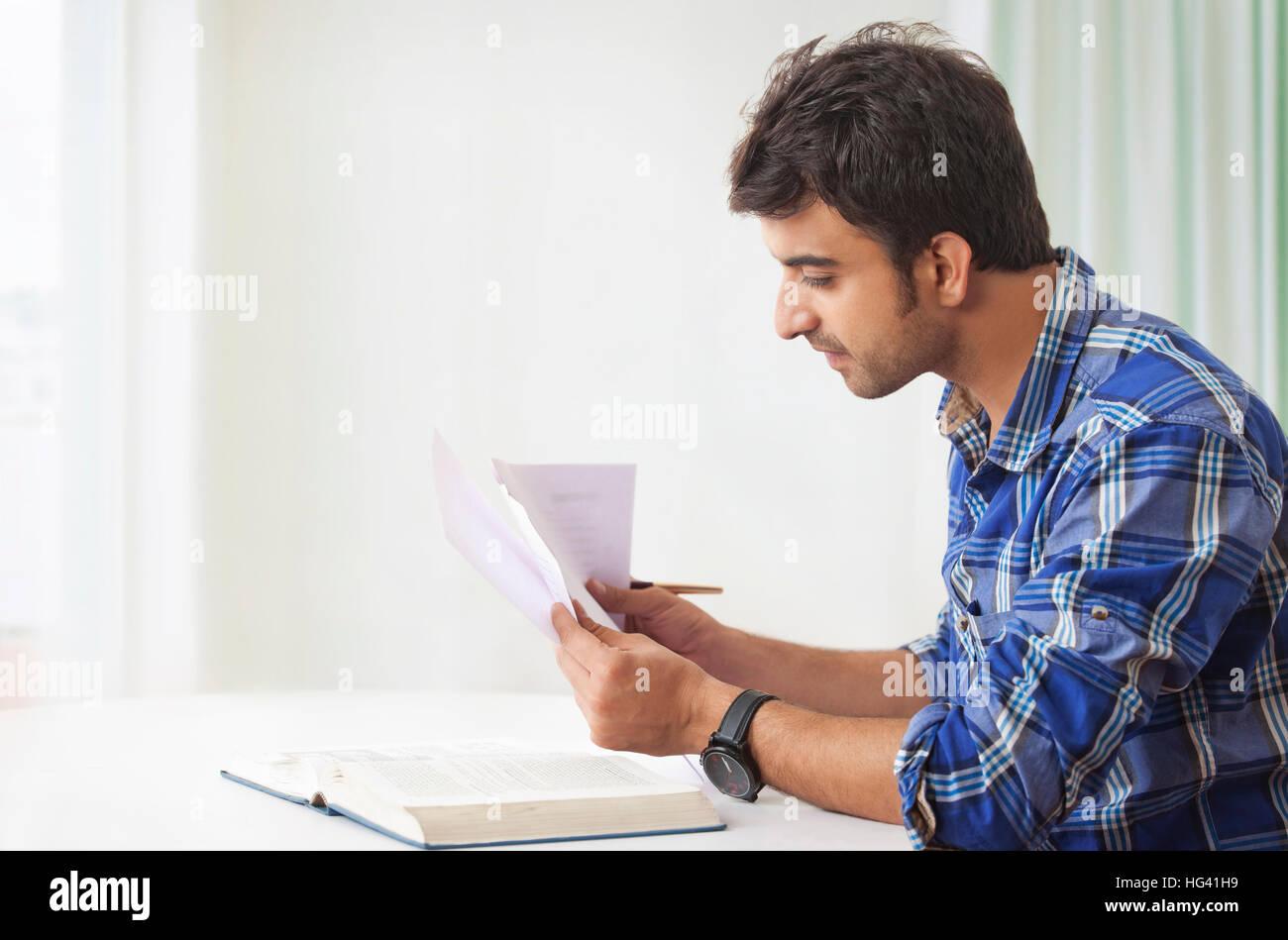 Junge Menschen studieren und sich Notizen Stockbild