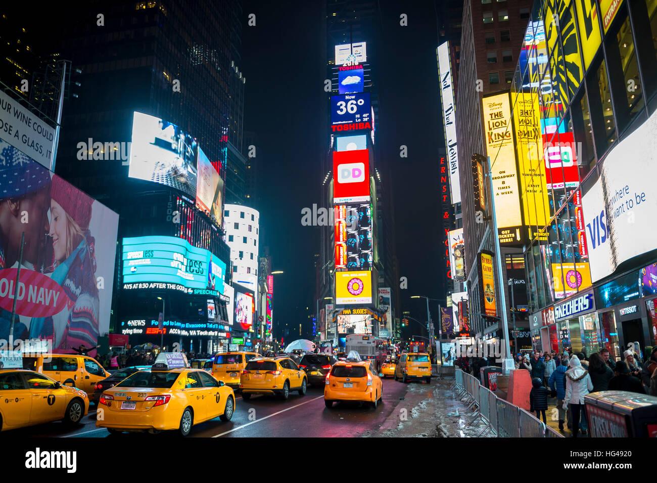NEW YORK CITY - 17. Dezember 2016: Verkehr und Masse mal Quadrat zu füllen, als die Stadt bereitet sich auf Stockbild