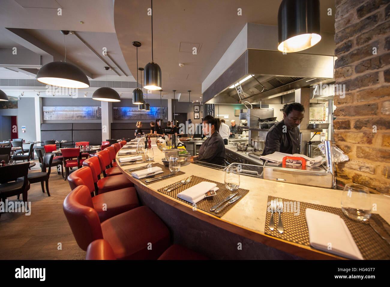 Ein Rundschreiben bar mit Blick auf die offene Küche an Brigade Bar ...