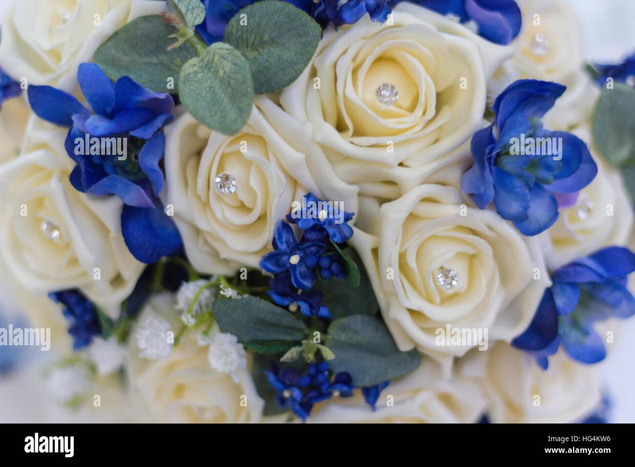 Brautstrauss In Blau Und Weiss Mit Rosen Und Diamanten Stockfoto Bild