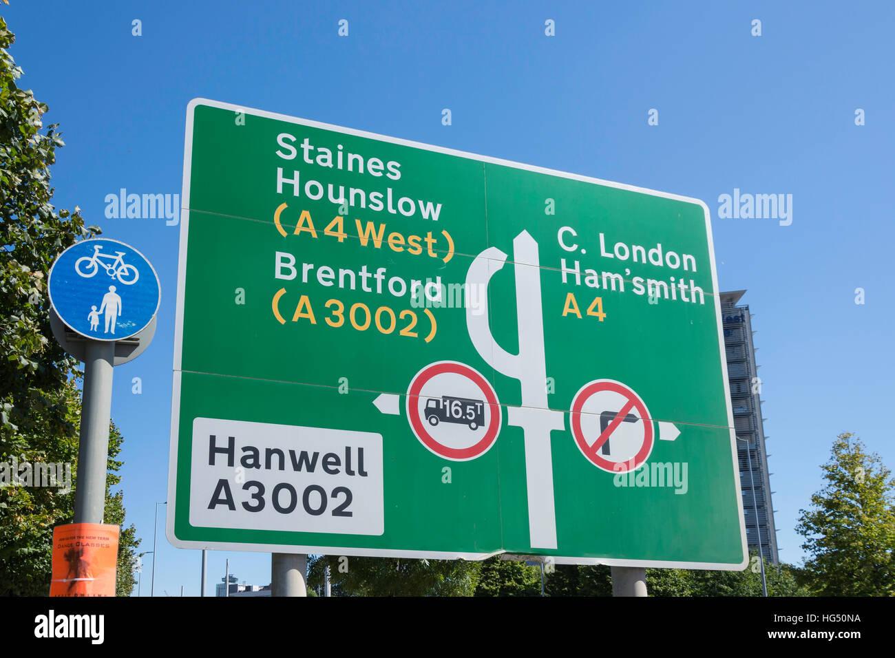 Richtung Verkehrszeichen, Great West Road, Brentford, London Borough of Hounslow, Greater London, England, Vereinigtes Stockfoto