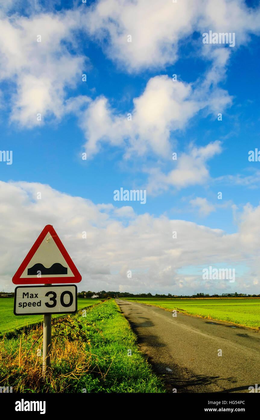 Hinweises steiniger Weg durch Absenkungen auf durchlässigen Pilling Moos in der Nähe von Pilling Lancashire Stockbild