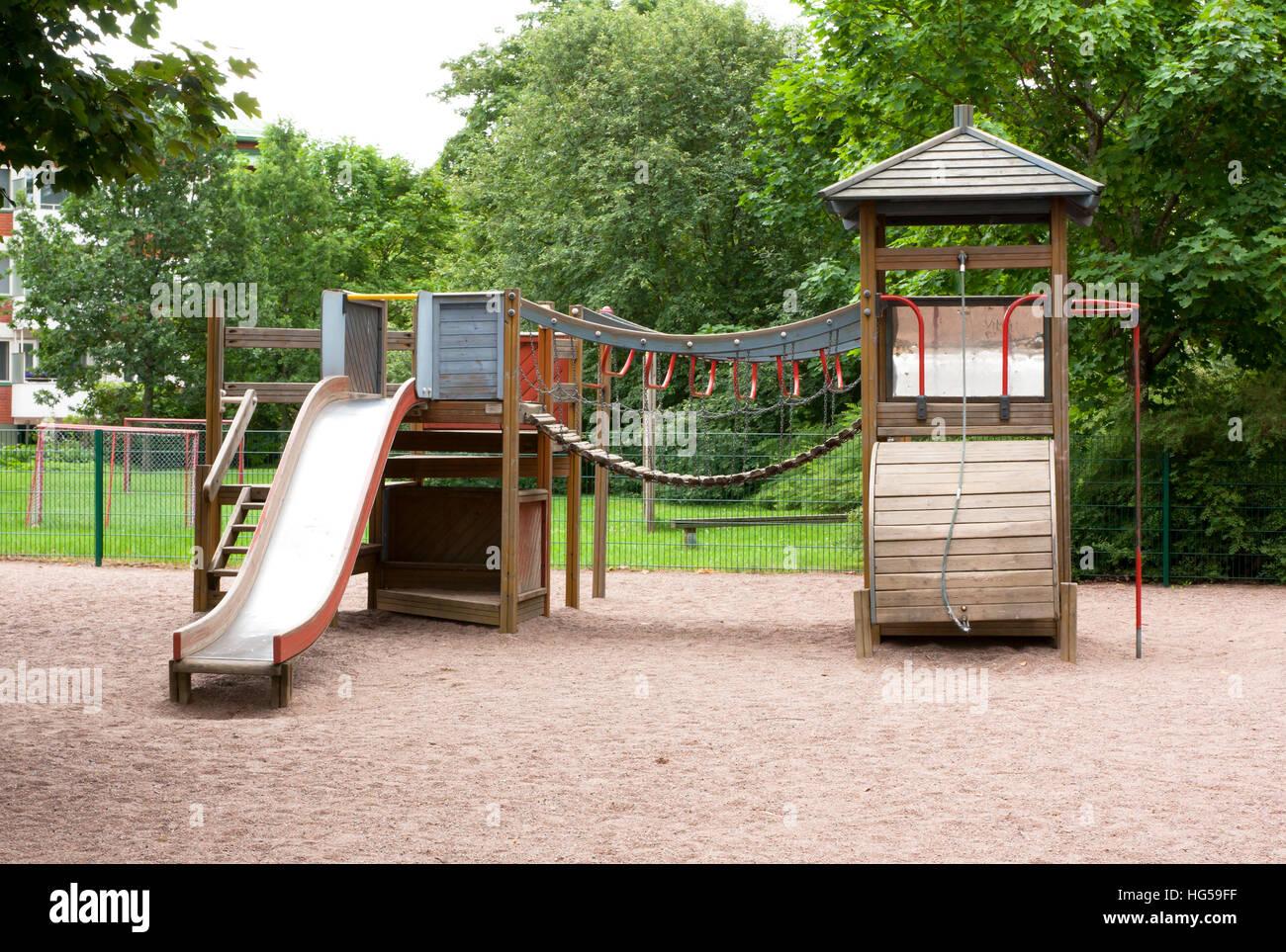 Klettergerüst Mit Rutsche : Kinderspielplatz mit rutsche klettergerüst und schaukeln im sommer
