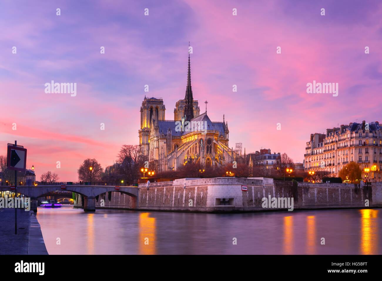Kathedrale von Notre Dame de Paris bei Sonnenuntergang, Frankreich Stockfoto