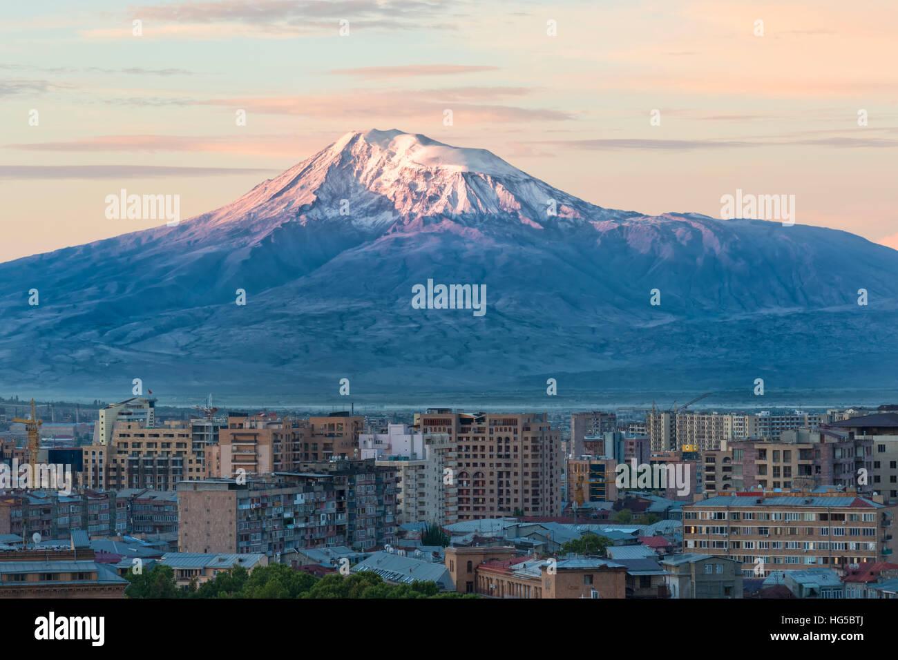 Berg Ararat und Eriwan angesehen von Cascade bei Sonnenaufgang, Eriwan, Armenien, Cemtral Asien, Asien Stockbild