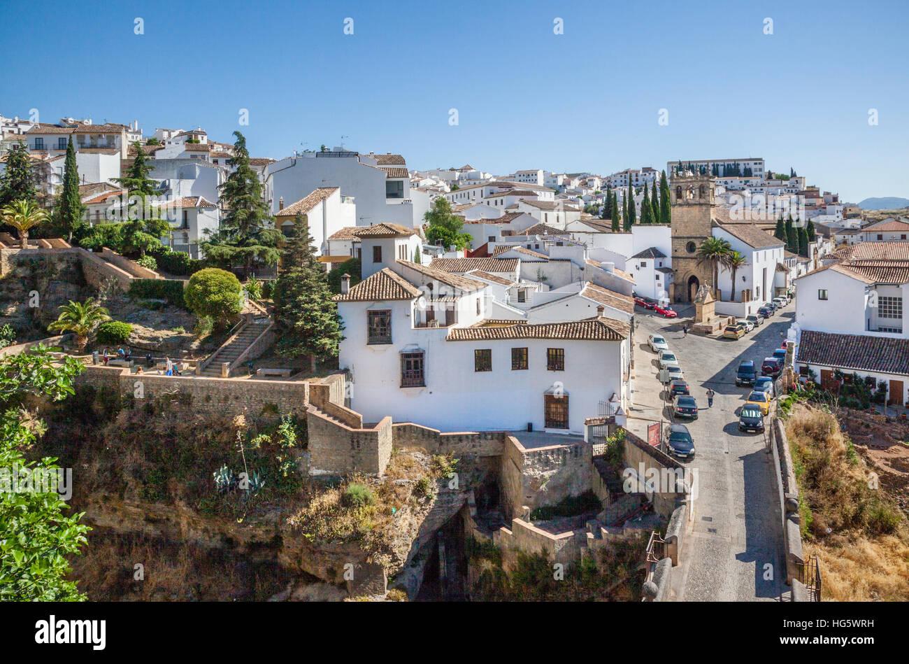 Spanien, Andalusien, Provinz Malaga, Ronda, Puente Viejo, die alte Brücke über El Tajo Schlucht mit Blick Stockbild