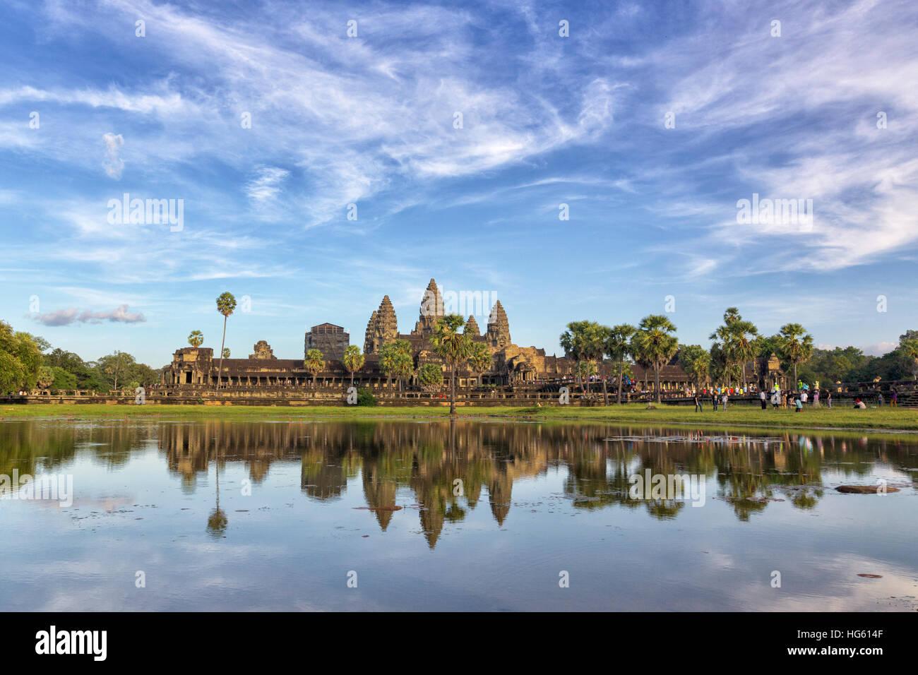 Kambodschanische Wahrzeichen Angkor Wat mit Spiegelung im Wasser am Sonnenuntergang. Siem Reap, Kambodscha Stockbild
