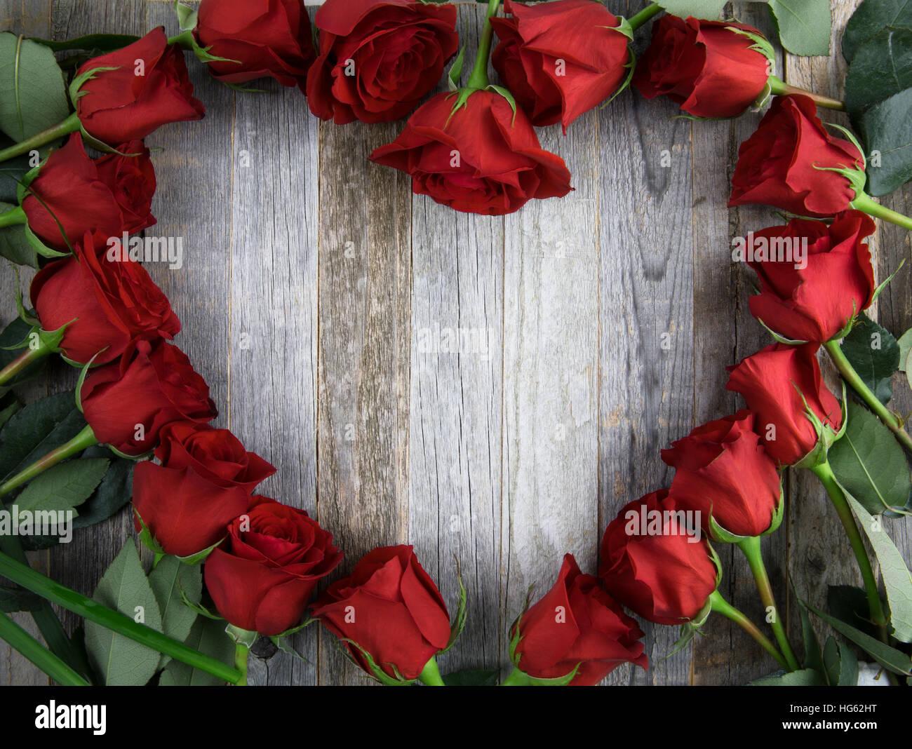 Rote rose Herz Formrahmen mit textfreiraum auf hölzernen Hintergrund ...