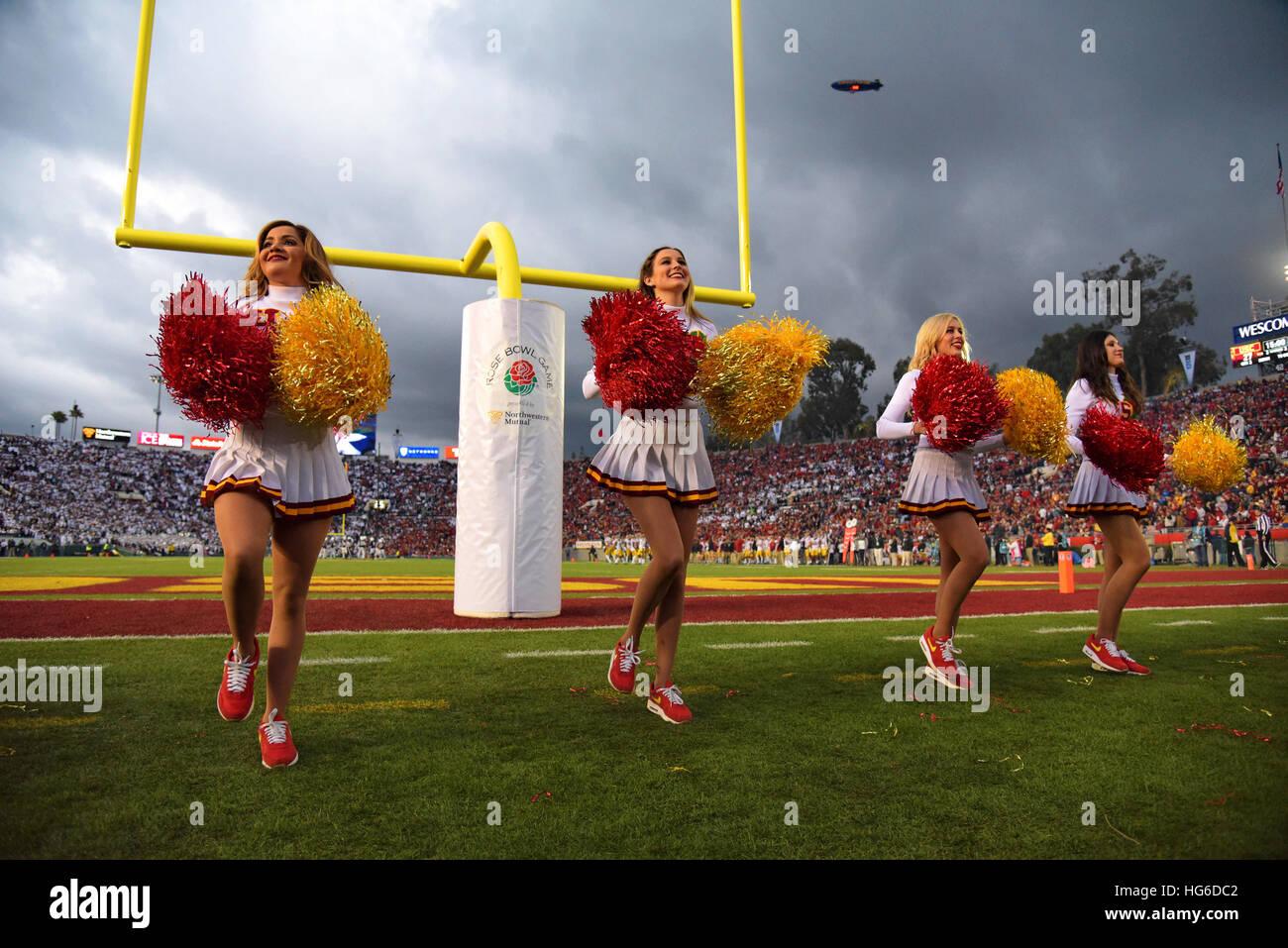 Pasadena, Kalifornien, USA. 2. Januar 2017. Cheerleader der USC Trojans in Aktion während einer spannenden 52-49 Stockfoto