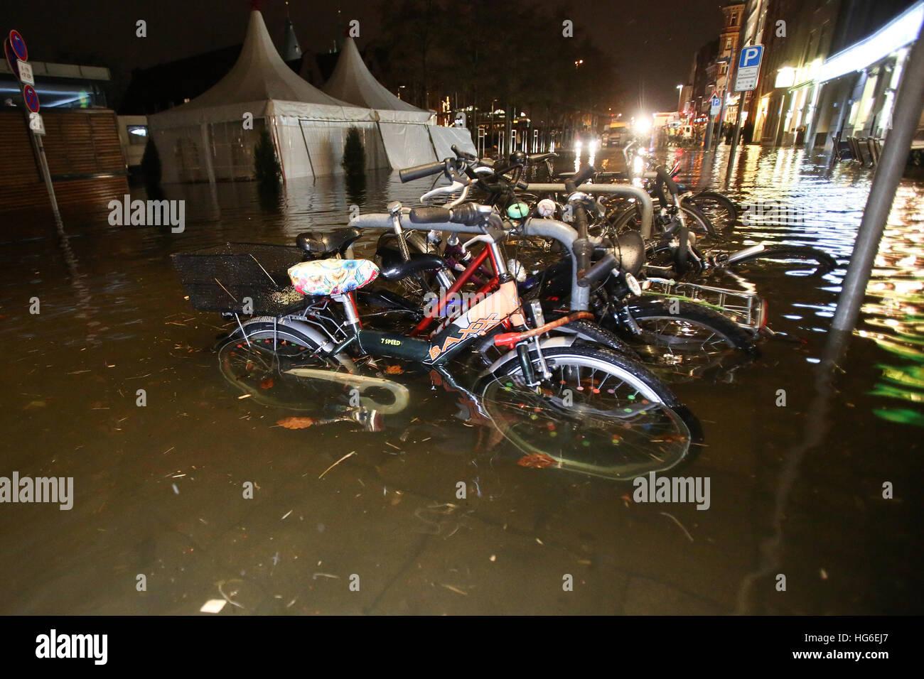 Lübeck, Deutschland. 4. Januar 2017. Fahrräder in einer überfluteten Straße in Lübeck, Stockbild