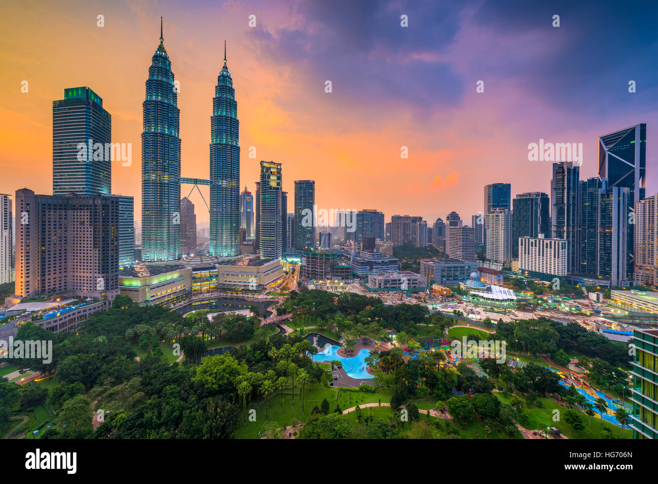 Kuala Lumpur, Malaysia Skyline in der Abenddämmerung über den Park. Stockbild