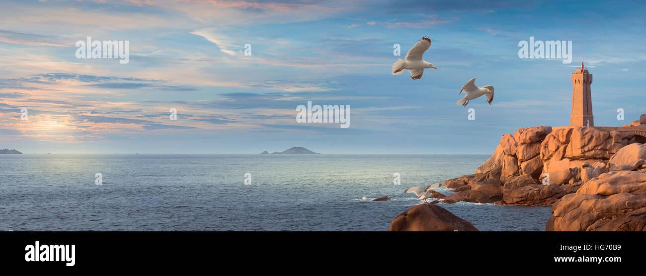 Panorama-Landschaft bedeuten Ruz Leuchtturm und rosa Granit Küste in Ploumanac'h in der Nähe von Perros Stockbild