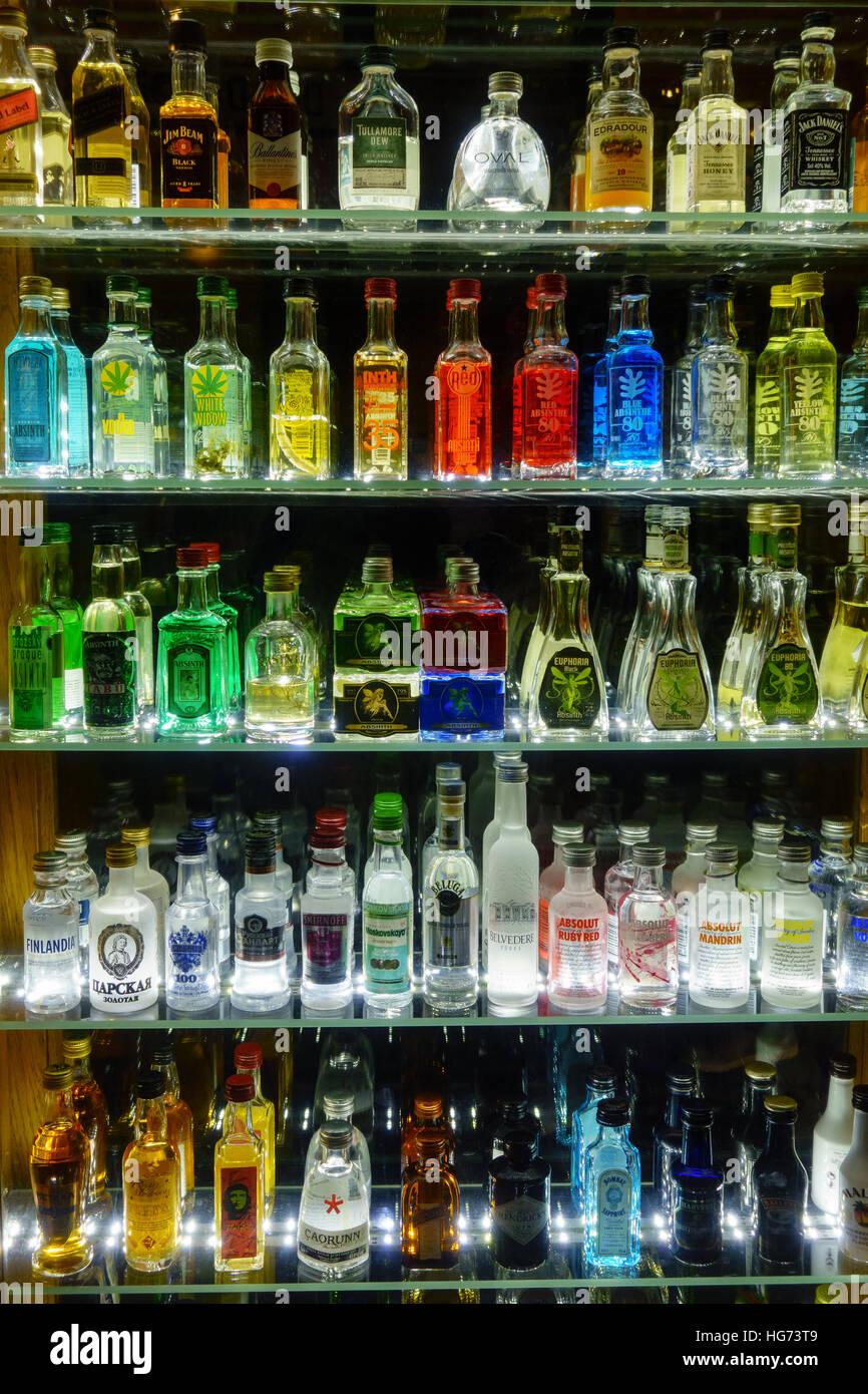 Mini Bottles Stockfotos & Mini Bottles Bilder - Alamy