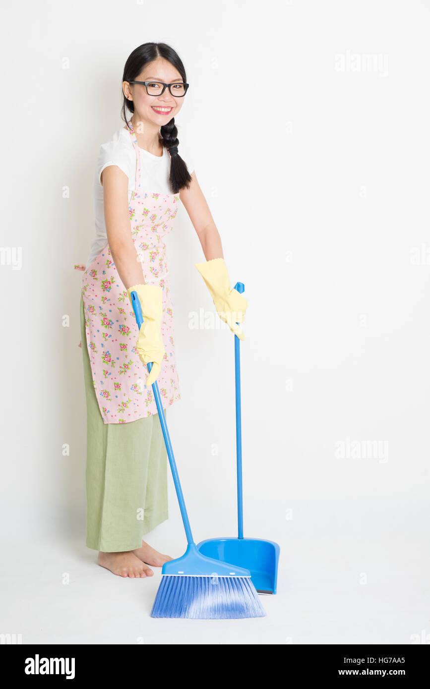 junge asiatische hausfrau fegen mit besen und kehrschaufel bodenreinigung stockfoto bild. Black Bedroom Furniture Sets. Home Design Ideas