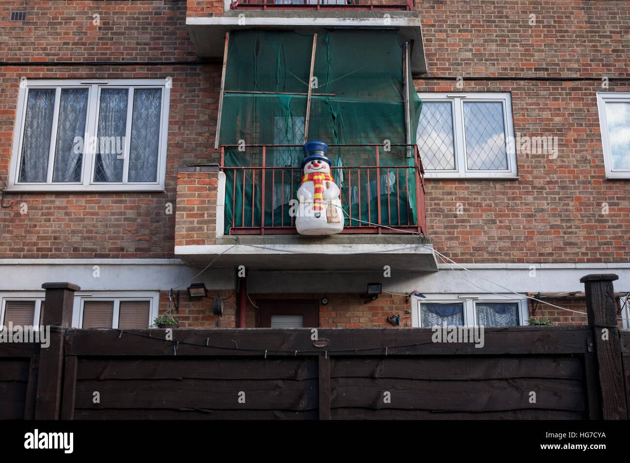 Ein Post-Weihnachts-Schneemann und englische Flagge auf einem Balkon ...