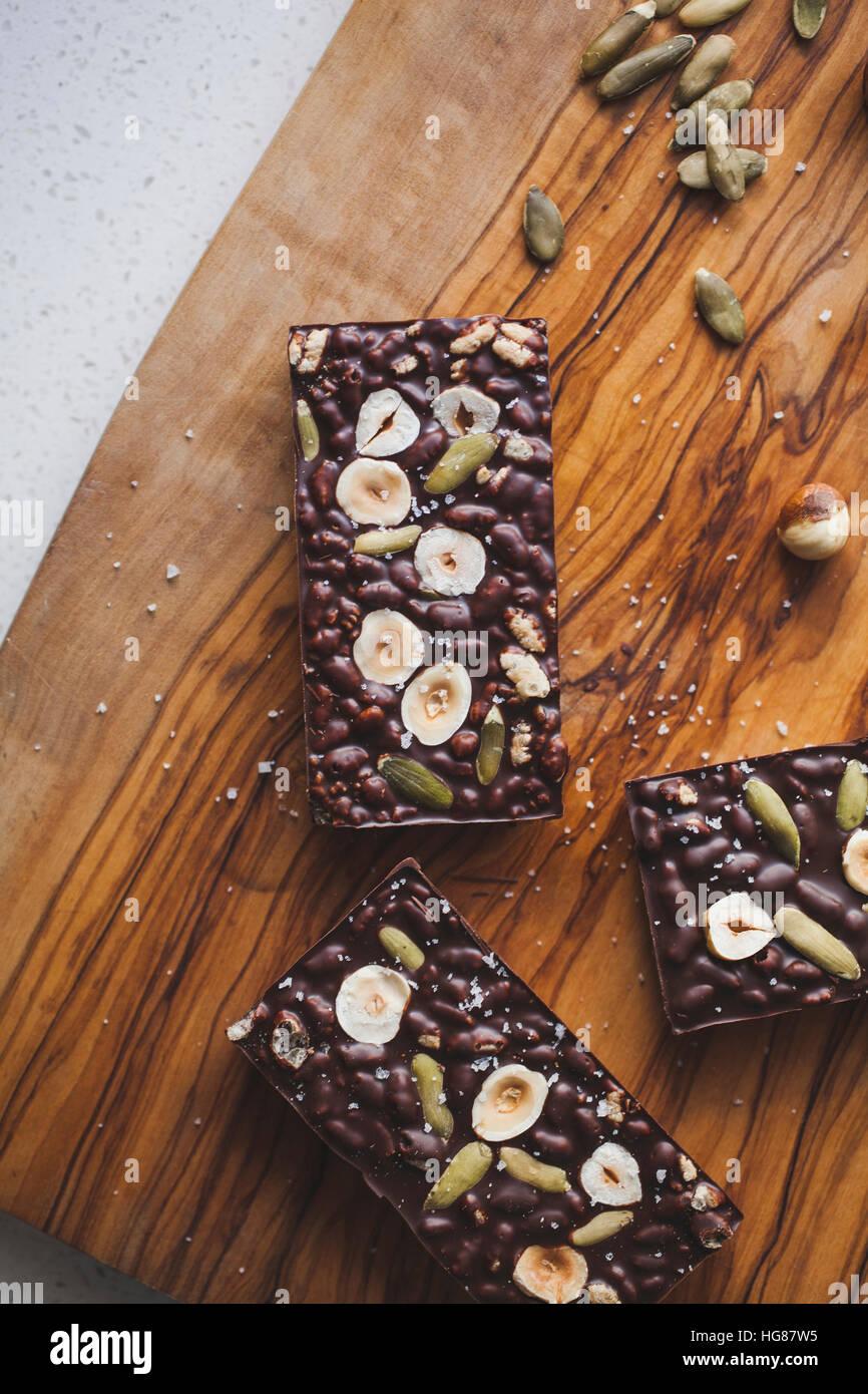 Erhöhte Ansicht von Brownies auf Schneidebrett in Küche Stockbild