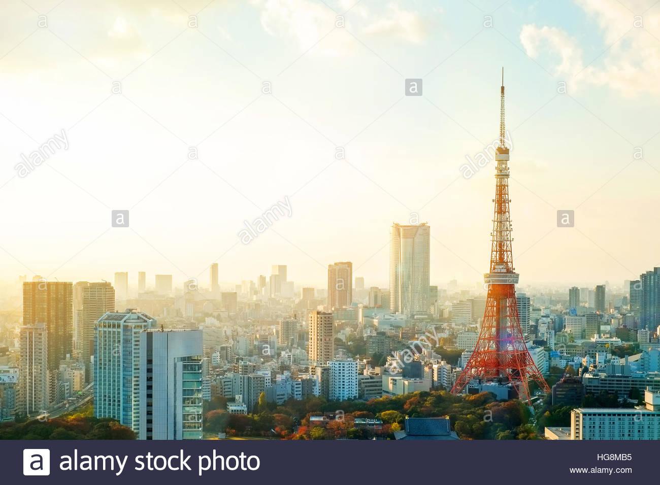 Tokyo Tower, Wahrzeichen Japans und Panoramablick auf die moderne Stadt Vogelperspektive mit dramatischen Sonnenauf Stockbild