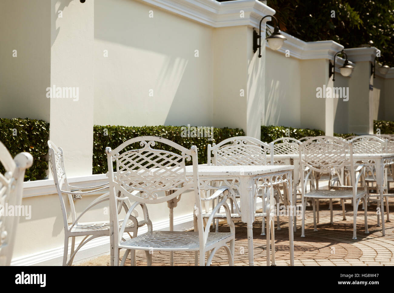 weiße schmiedeeiserne möbel louis alamy schmiedeeiserne möbel reihe von weißen tische mit stühlen leere outdoorcafé im hotel