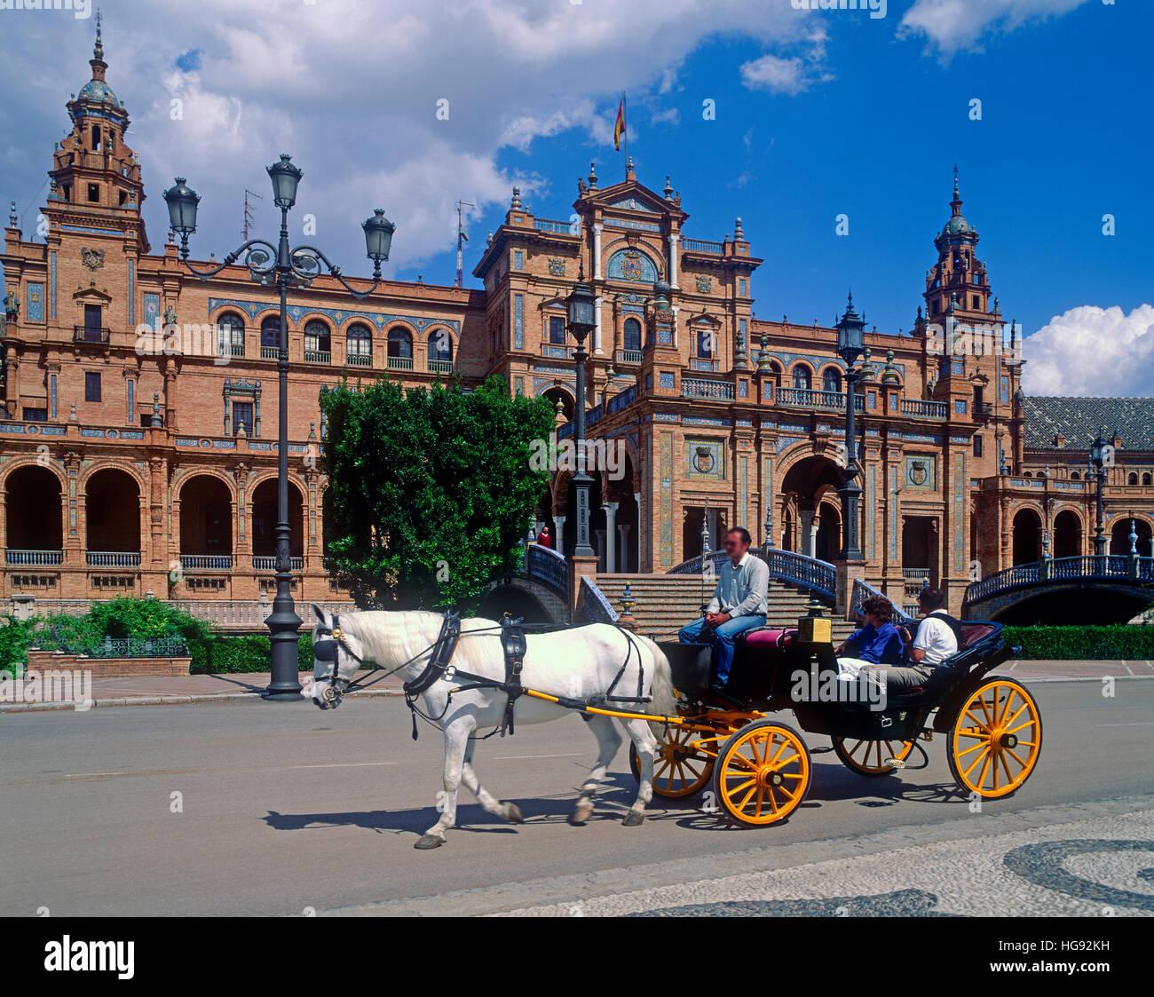 Touristen in Pferd gezogenen Wagen an der Plaza de Espana, Sevilla, Andalusien, Spanien Stockfoto