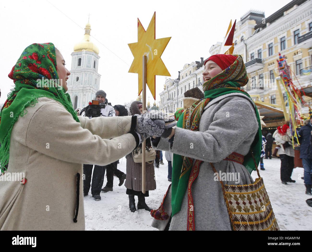Kiew, Ukraine. 7. Januar 2017. Ukrainer tragen traditionelle folk ...