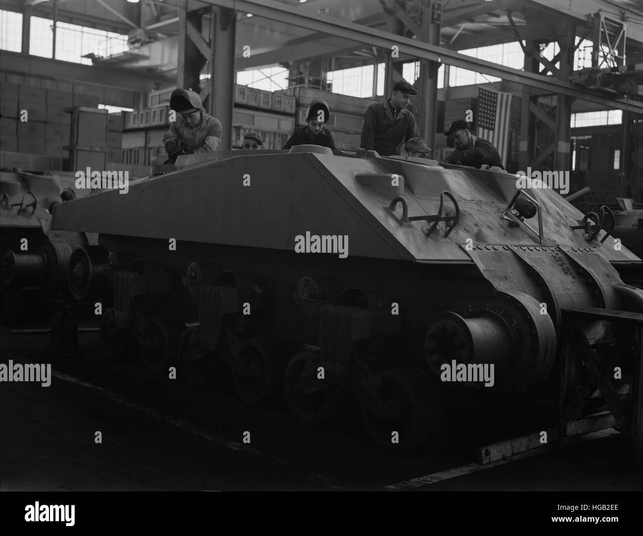 Lichtbogenschweißgeräte arbeiten auf die unvollständige Rumpf eines neuen Panzers M4, 1943. Stockfoto