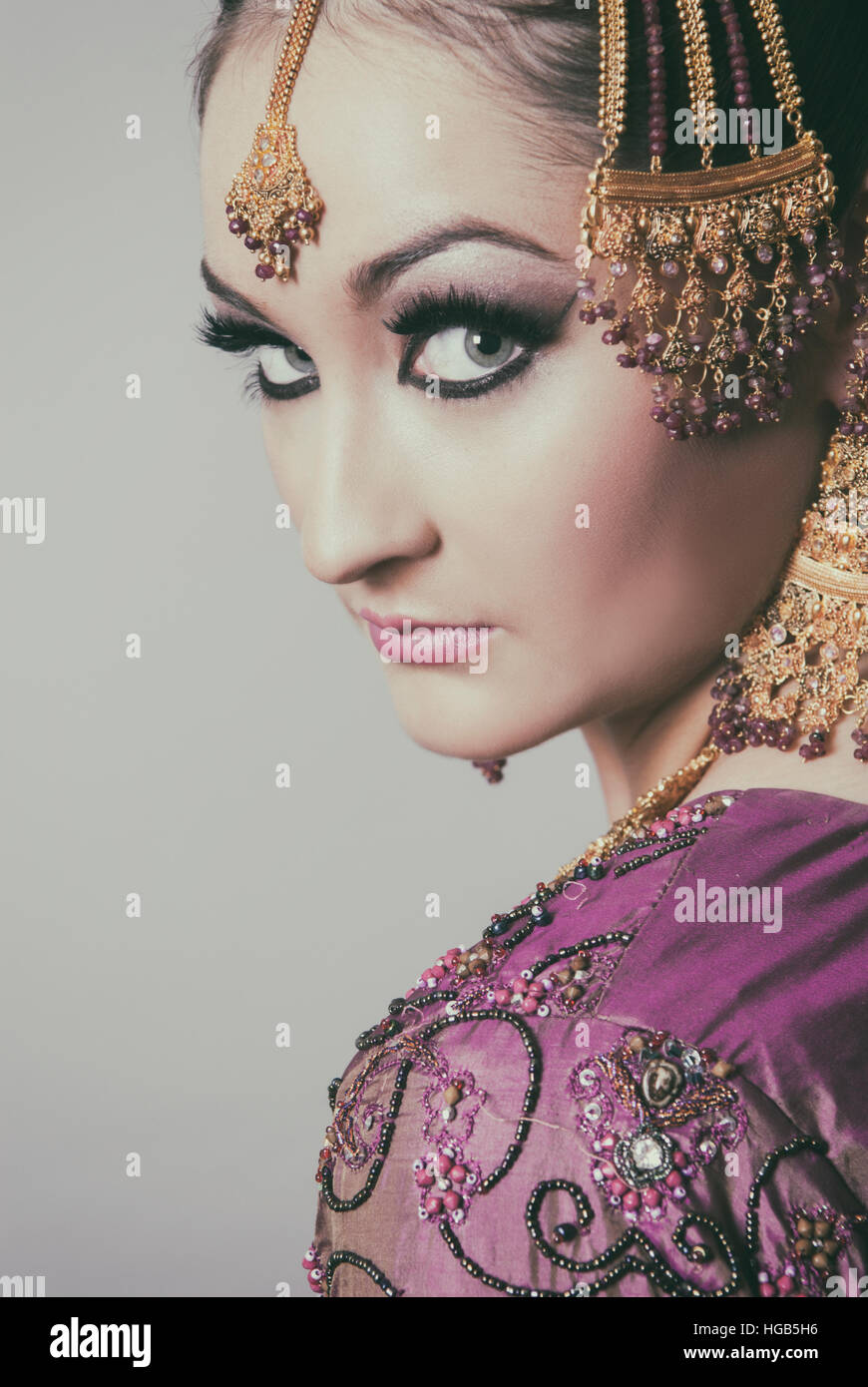 Ernsthafte asiatische Braut über die Schulter schauen Stockfoto
