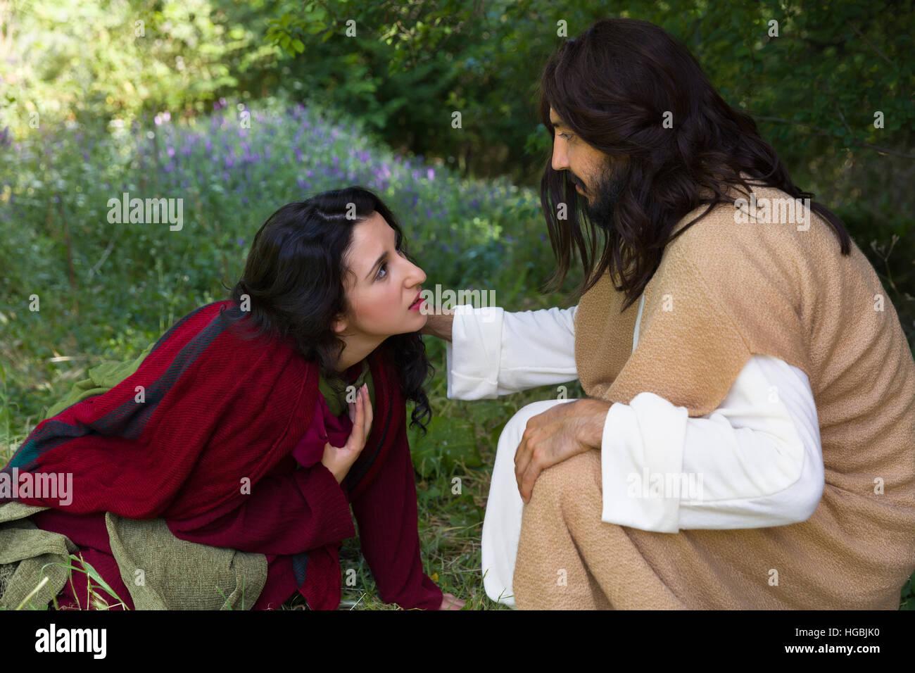 Reuigen Sünder Frau berühren das Gewand Jesu, um Vergebung zu bitten und Heilung Stockbild