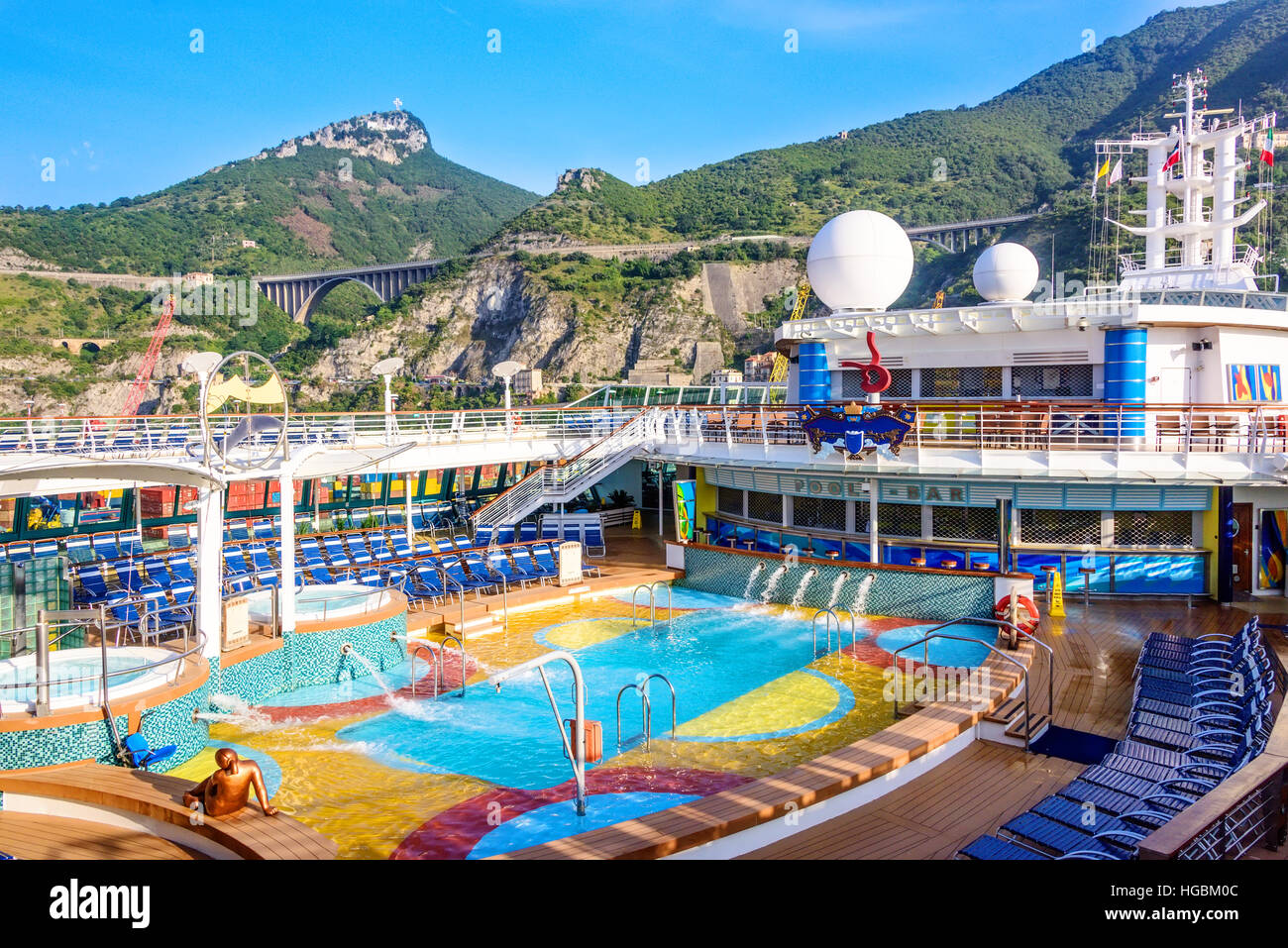 kreuzfahrtschiff im hafen von salerno an der amalfi k ste in italien verankert stockfoto bild. Black Bedroom Furniture Sets. Home Design Ideas