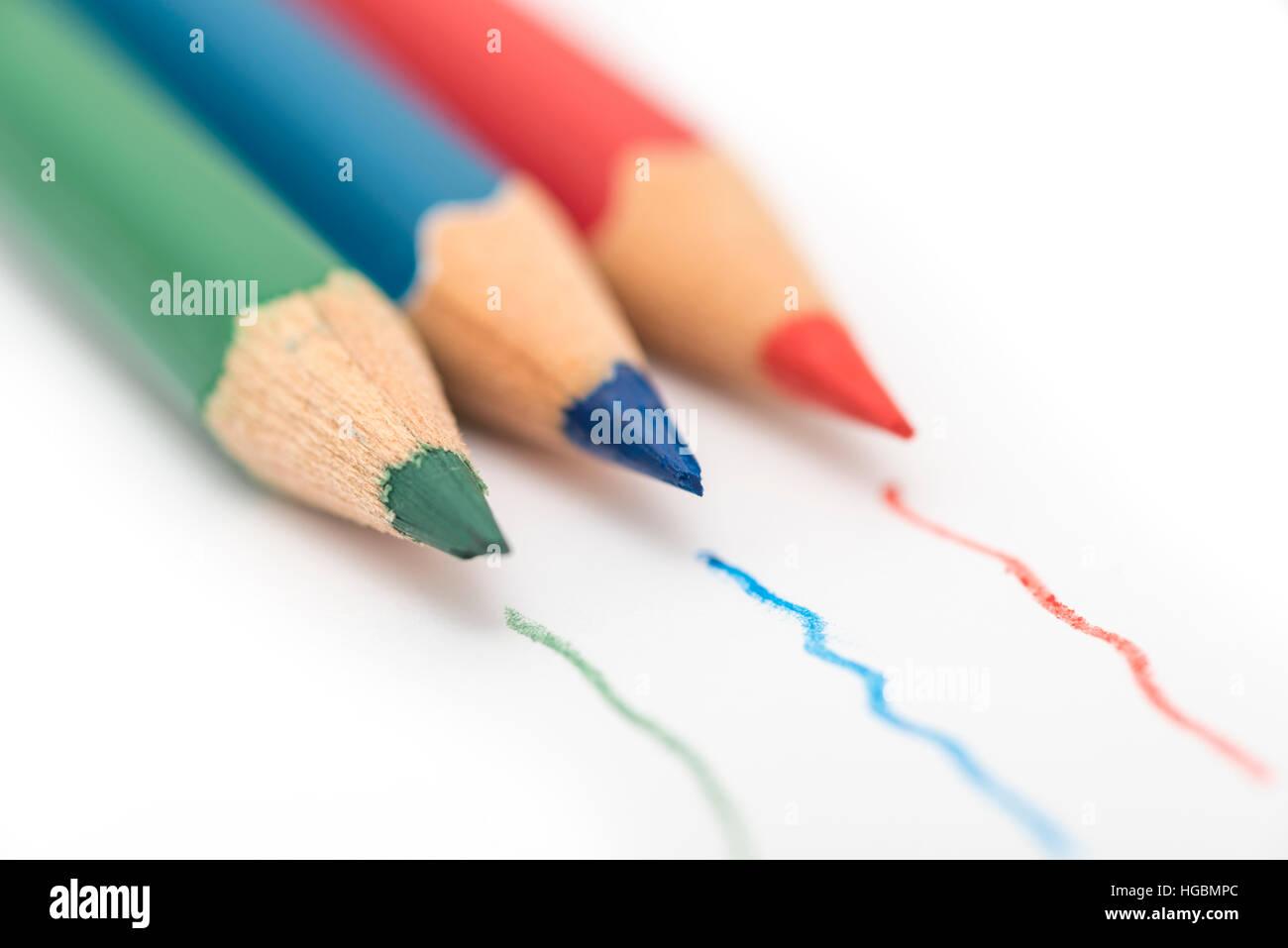 Färben Bleistifte. Rot, grün und blau färben isoliert auf einem ...