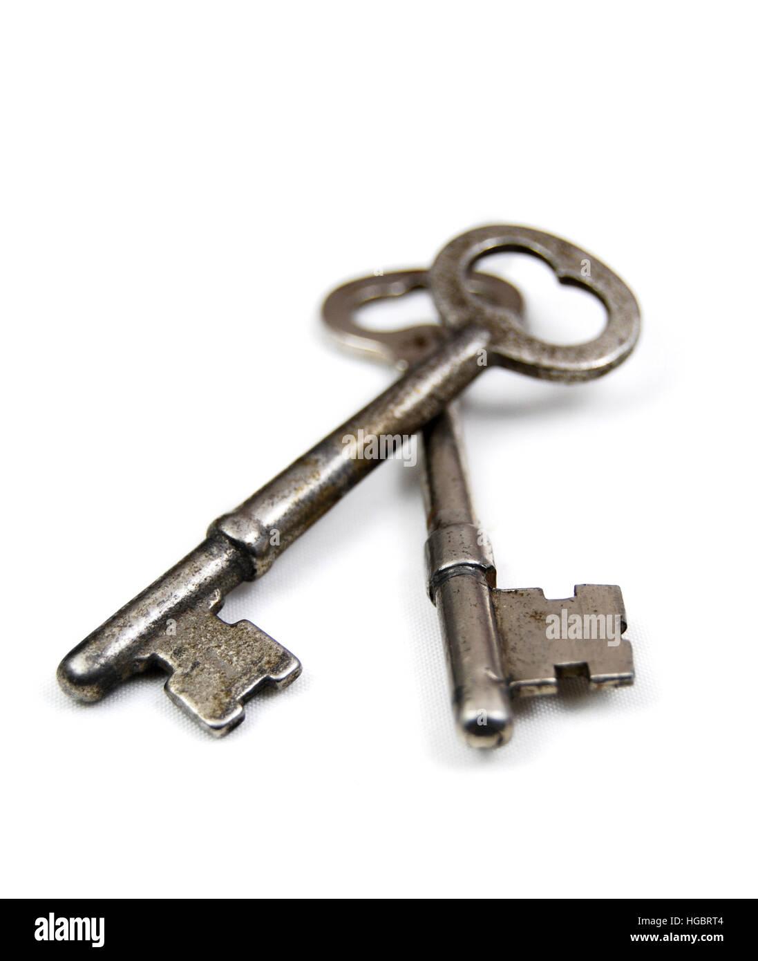 Neue türen  Zwei alte Skelett Schlüssel auf einem weißen Hintergrund. Neue ...