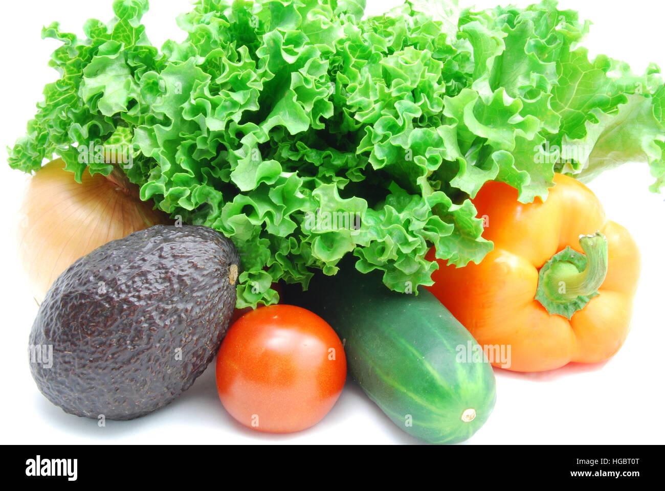 Frische Produkte für einen gesunden Salat. Kopfsalat, Tomaten, Avocado, Gurke, Paprika und Zwiebeln. Stockbild