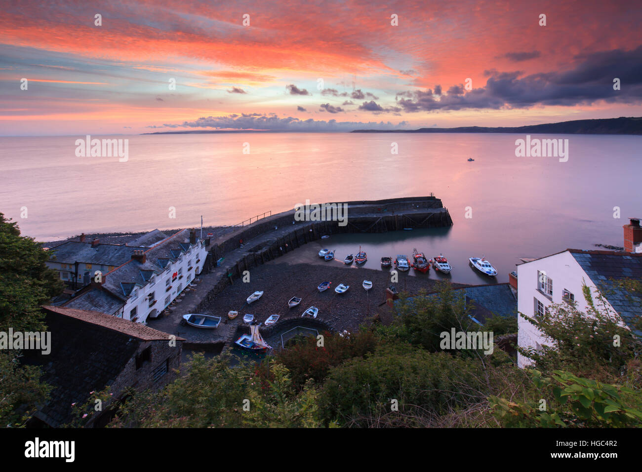 Clovelly Harbour in North Devon bei Sonnenaufgang eingefangen. Stockbild