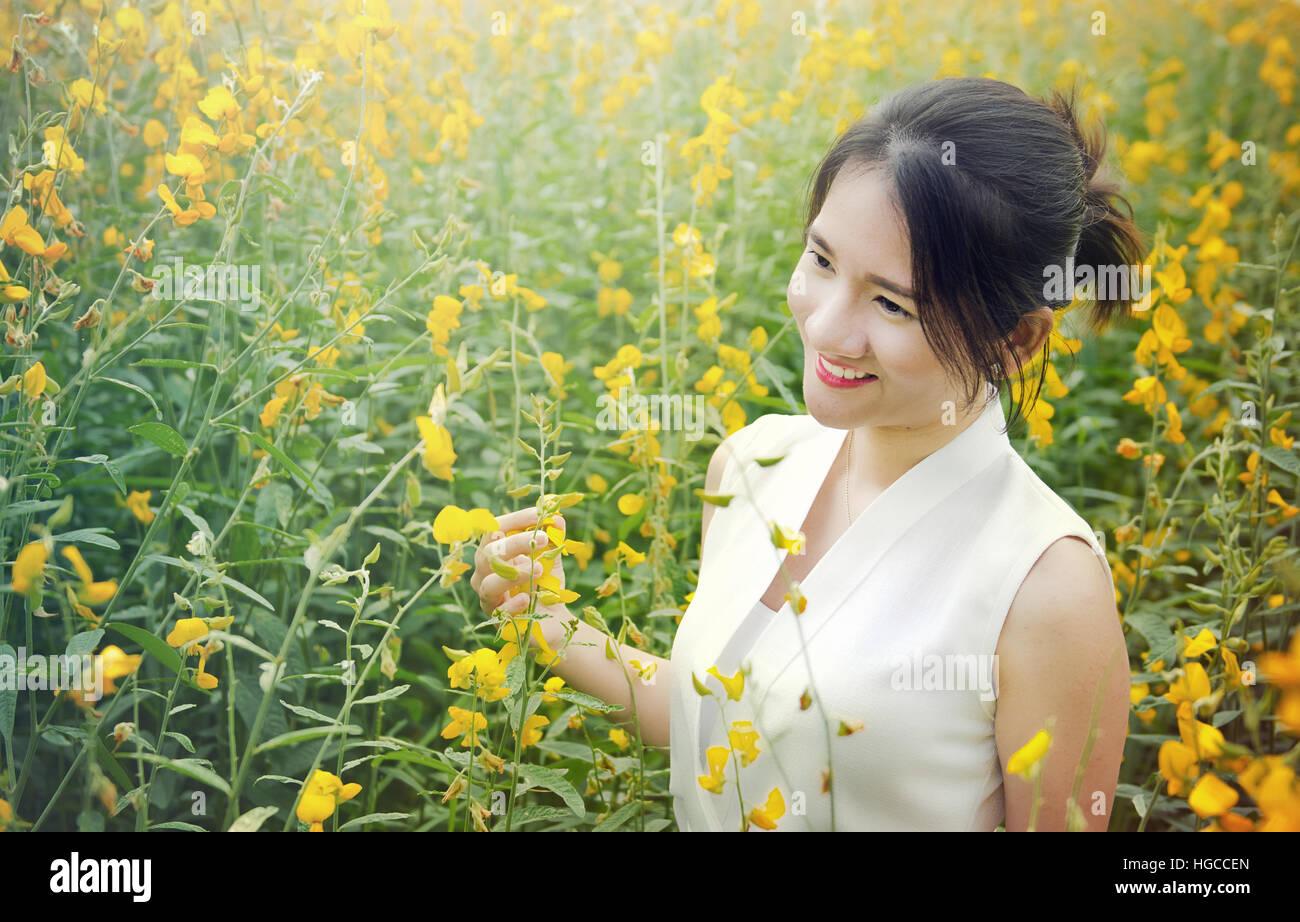 portr tfoto des asiatischen thai m dchen mit smiley. Black Bedroom Furniture Sets. Home Design Ideas