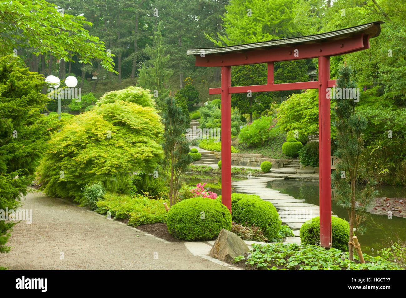 Deutschland, Dortmund, Westfalenpark, Japanischer Garten Mit Tori ...