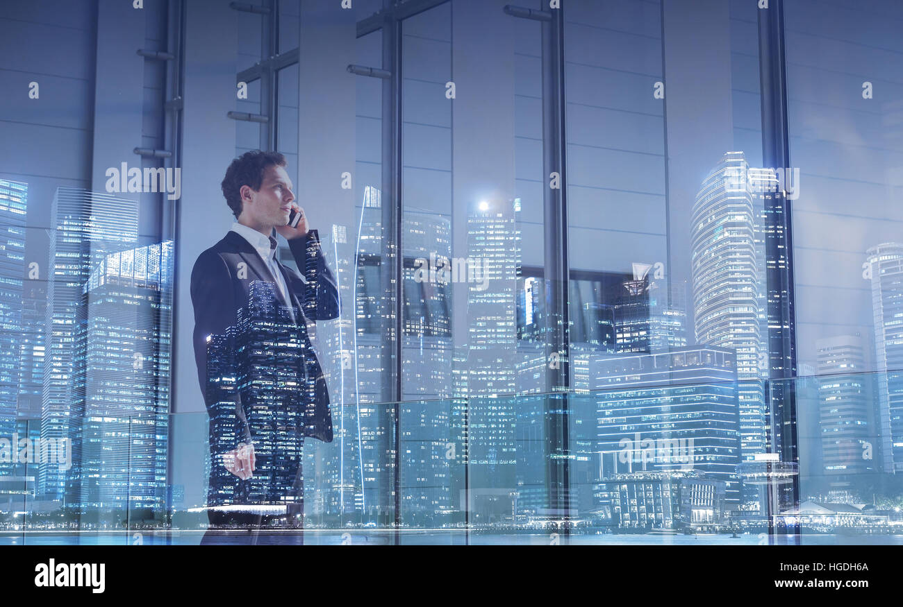 Business-Kommunikation-Konzept, Karrierechance, Geschäftsmann Aufruf per Telefon, Doppelbelichtung Stockfoto