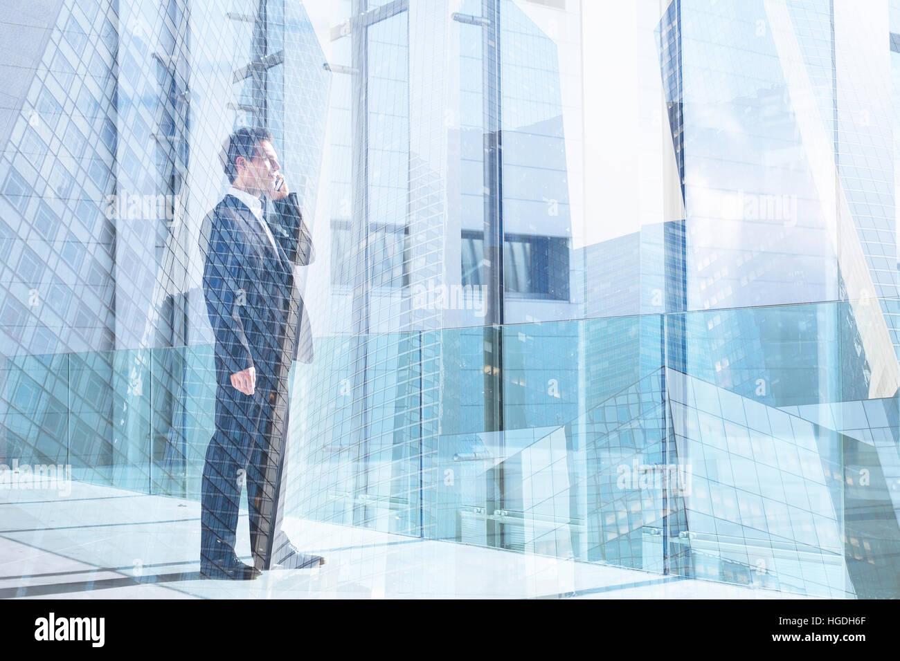 Business-Mann im Gespräch mit dem Handy im Büro, Kommunikation oder Erfolg Konzept Doppelbelichtung, Anruf Stockbild