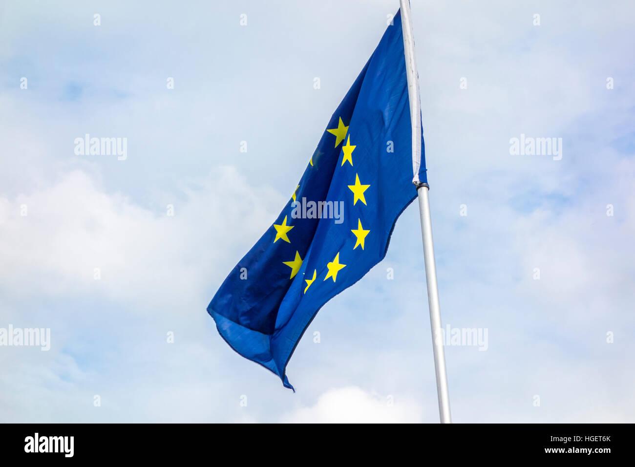Die Flagge der Europäischen Union die EU-Flagge mit den Wolken im Hintergrund Stockbild