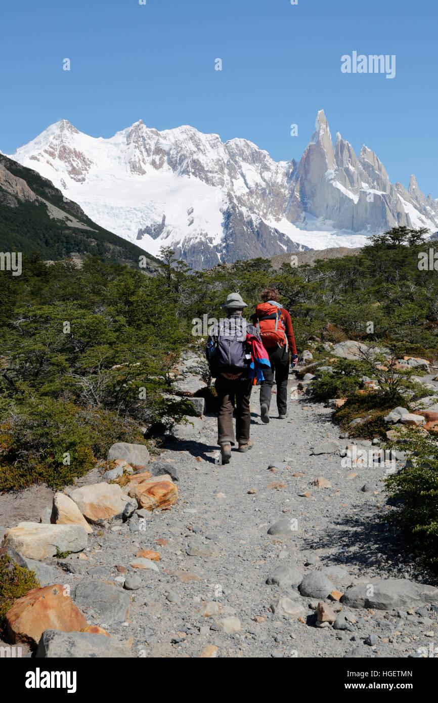 Wanderer auf der Spur Torre mit Blick auf den Cerro Torre, Laguna, El Chalten, Patagonien, Argentinien, Südamerika Stockbild