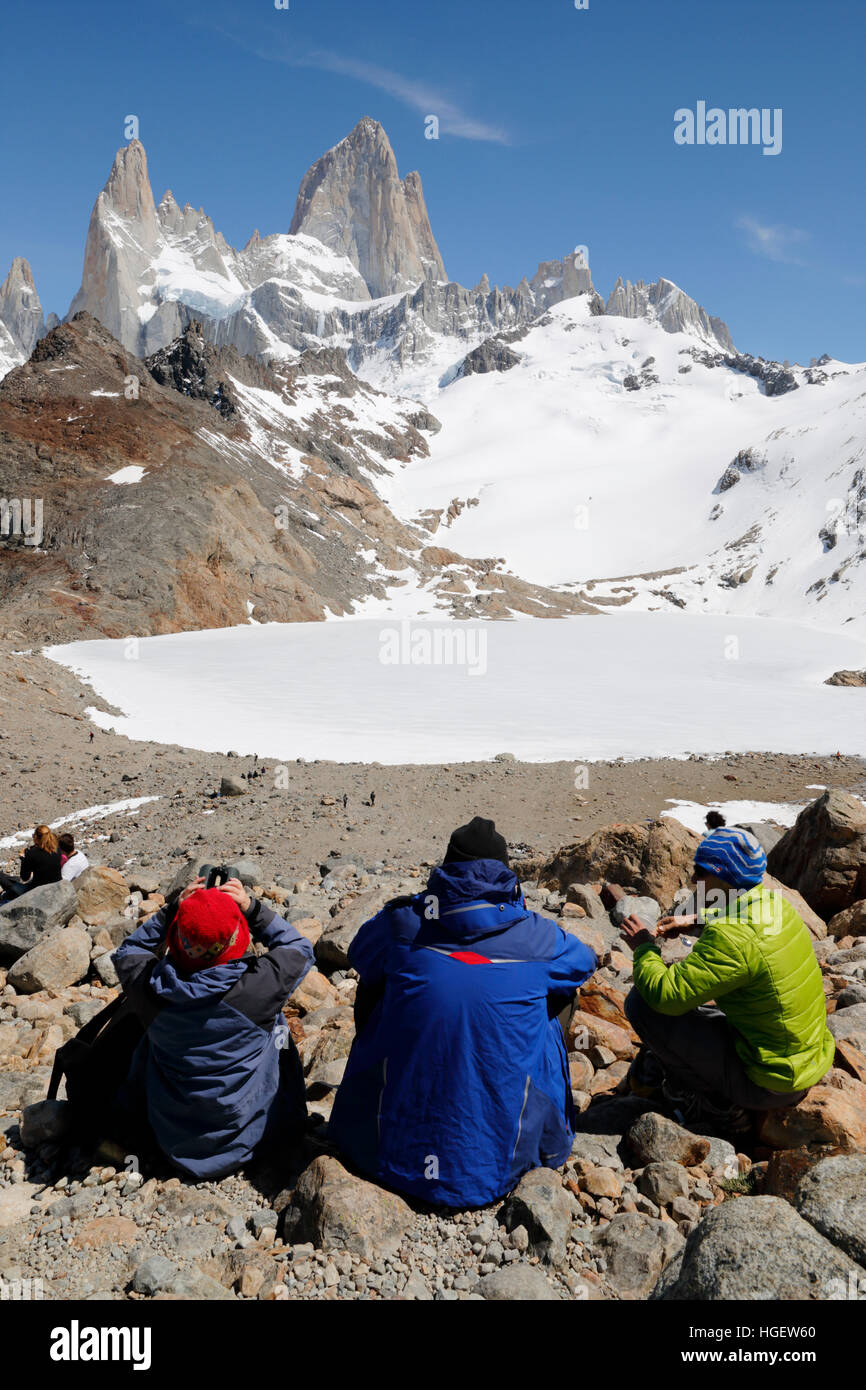Wanderer über Laguna de Los Tres mit Blick auf Mount Fitz Roy, El Chalten, Patagonien, Argentinien, Südamerika Stockbild