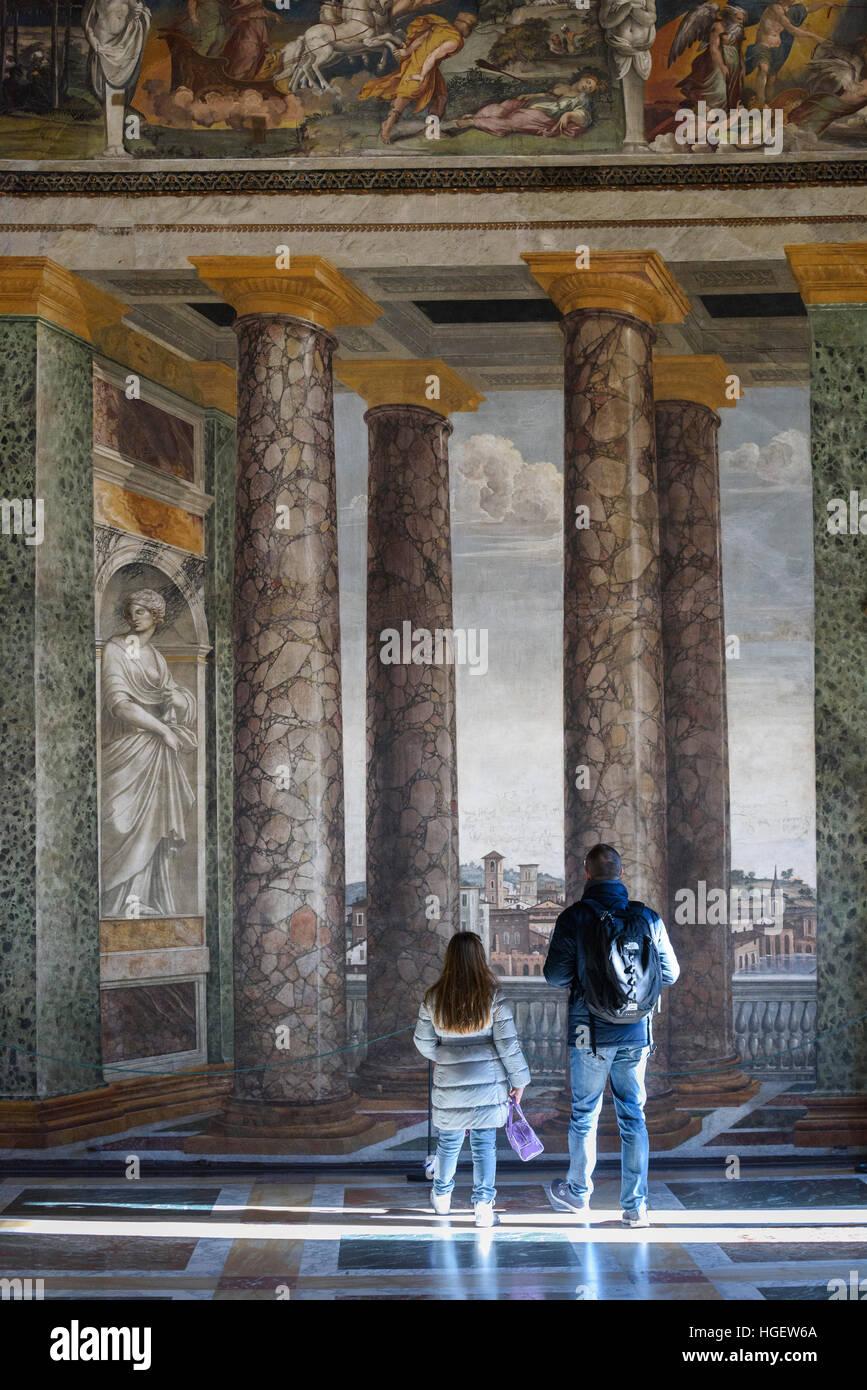 Rom. Italien. Villa Farnesina. Besucher in der Sala Delle Prospettive (Halle der Perspektiven), Fresken von Baldassare Stockfoto