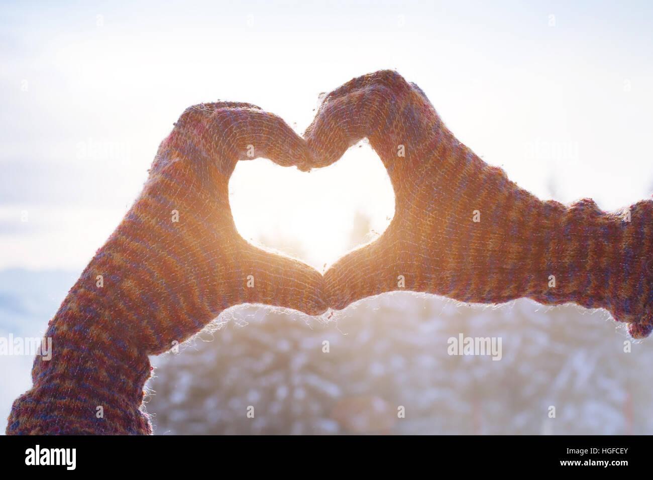 glücklich Winterurlaub Herz Liebe Zeichen aus Händen Stockbild