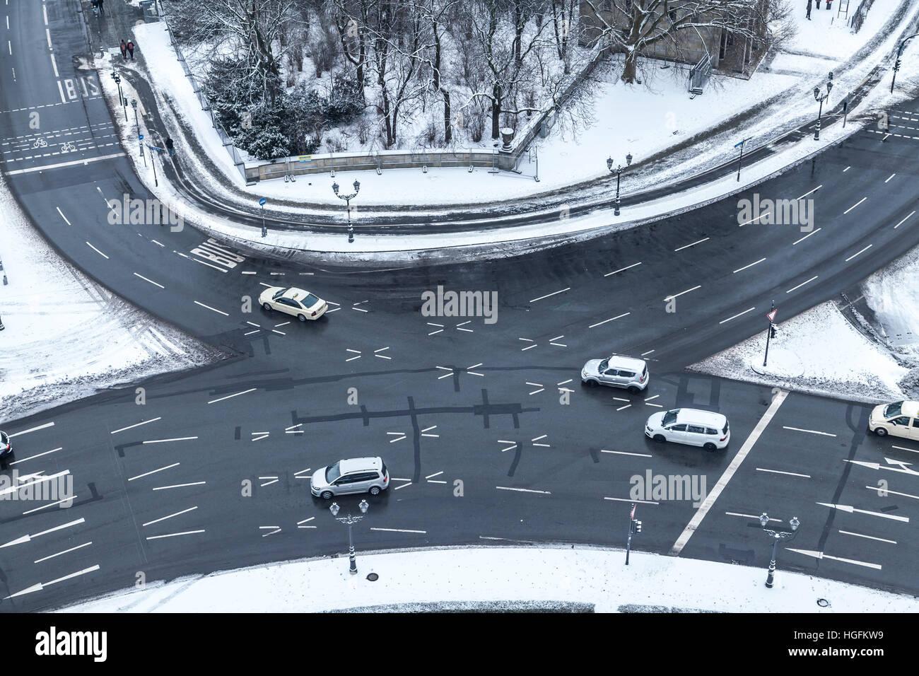 Autos am großen Stern (Kreisverkehr) am vicory Spalte in Berlin im winter Stockbild