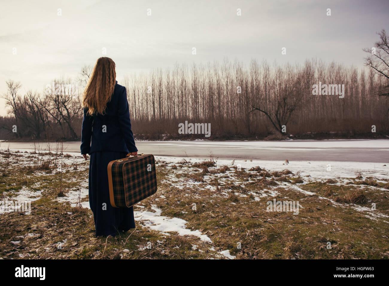 Frau ist im Winter unterwegs. Stockbild