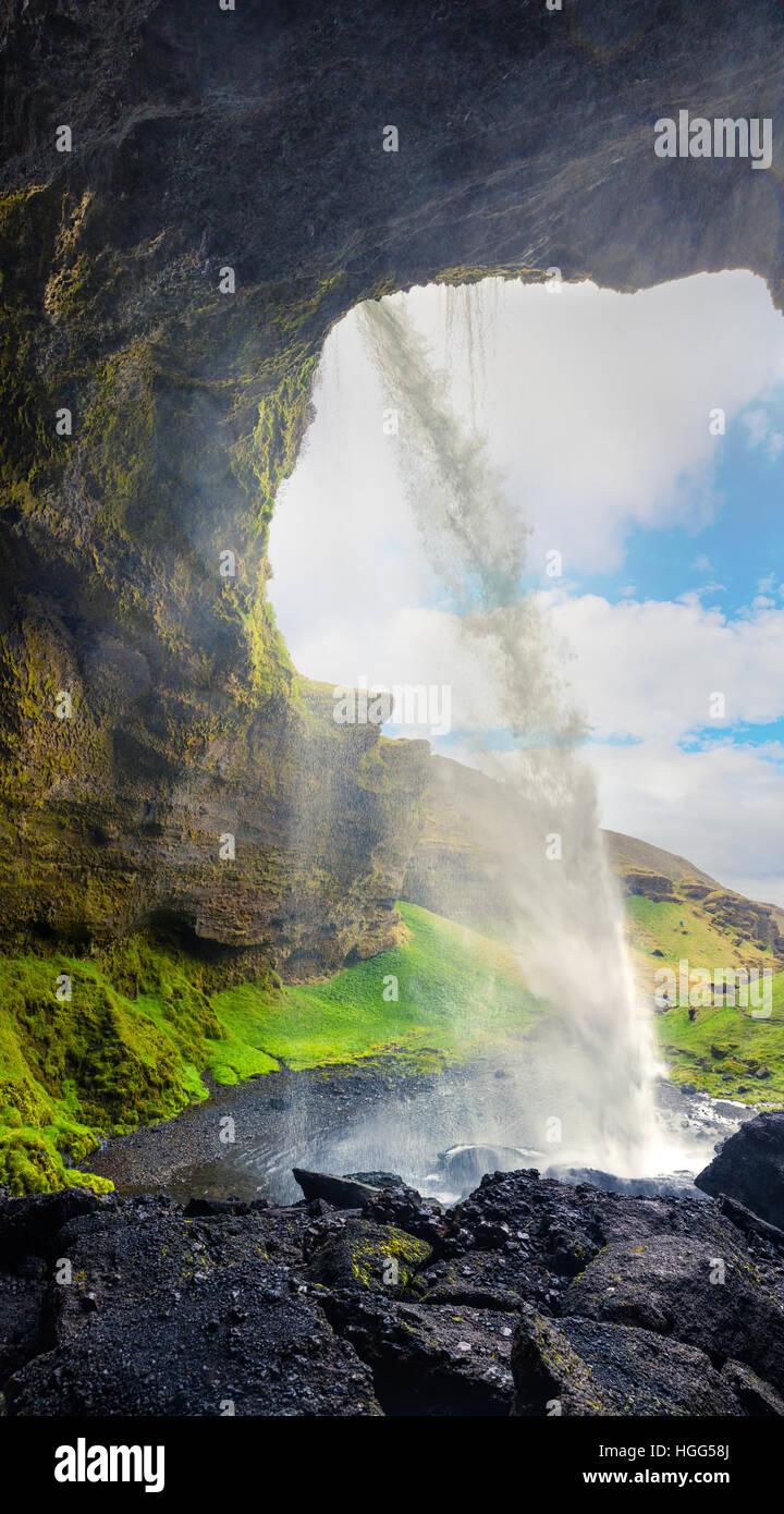 Bunte morgendliche Aussicht aus der Mitte des Kvernufoss Wasserfall. Majestätische Szene in Südisland, Stockbild