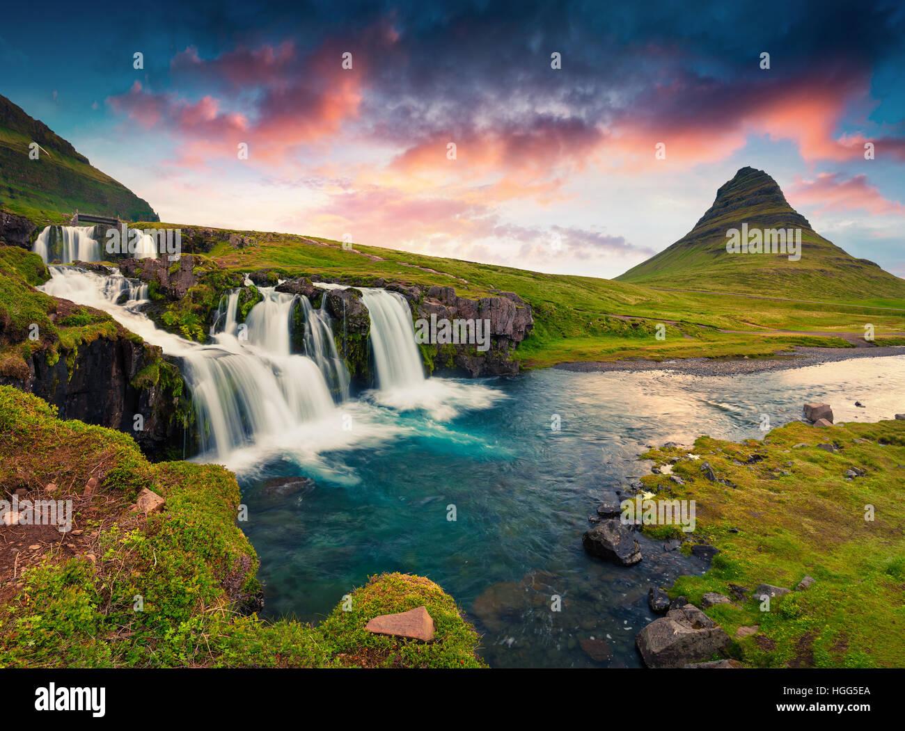 Sommer Sonnenuntergang am berühmten Kirkjufellsfoss Wasserfall und Kirkjufell Berg. Farbenfrohe Abendstimmung Stockbild