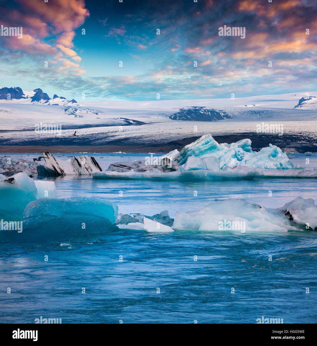 Schwebende Blaue Eisberge in der Gletscherlagune Jökulsárlón. Farbenprächtigen Sonnenuntergang Stockbild