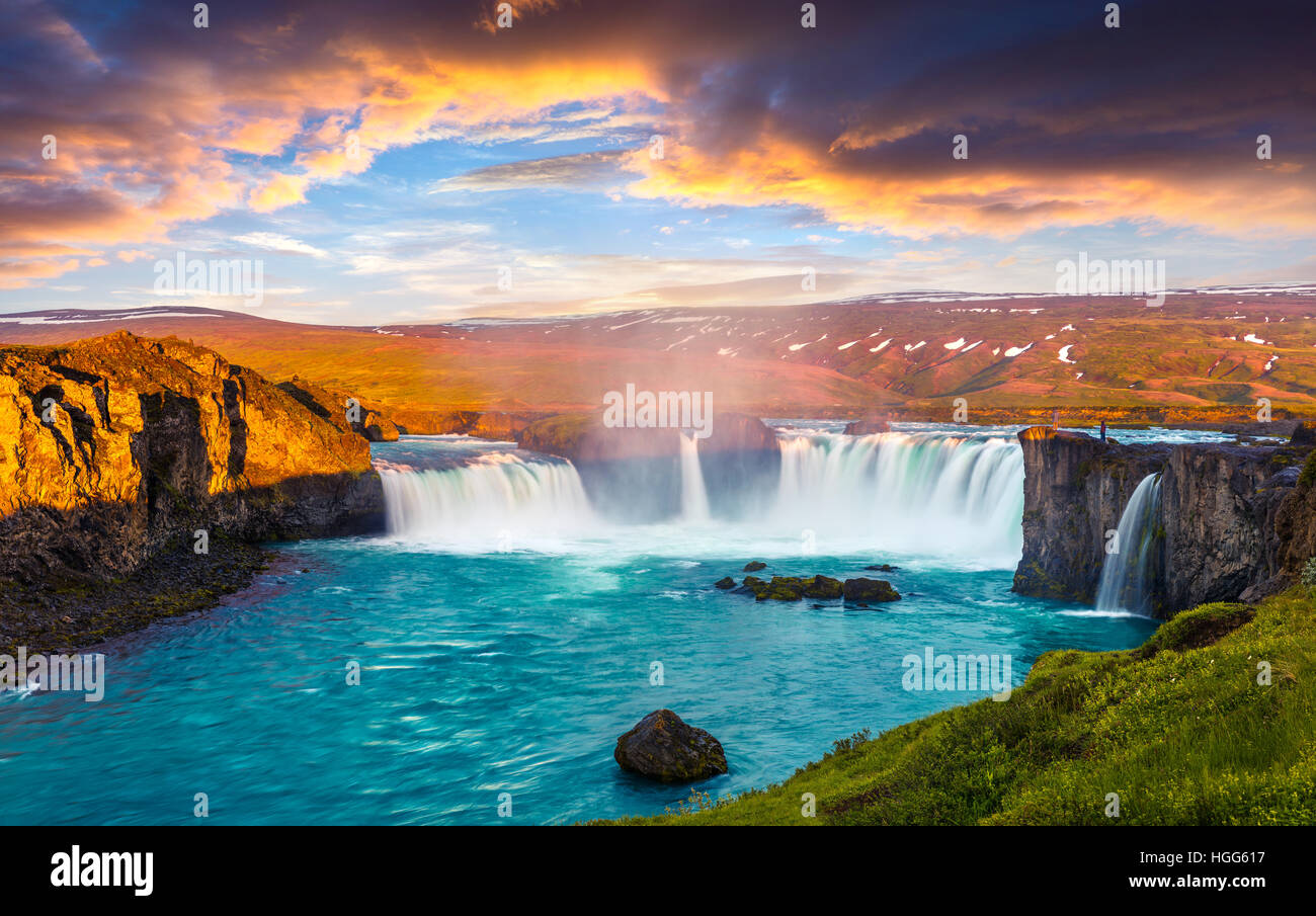 Sommer-morgen-Szene auf den Godafoss-Wasserfall. Bunte Sonnenaufgang am Skjalfandafljot Fluss, Island, Europa. Stockbild