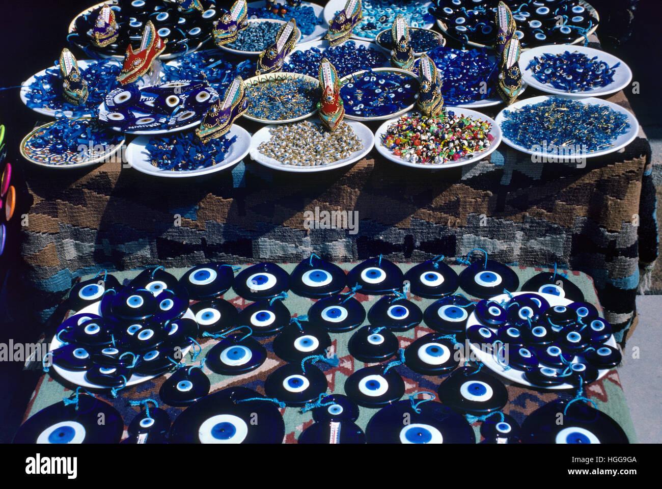"""Blauen Steinen oder Glas """"Bösen Blick"""" Reize für den Verkauf in einem Souvenirladen oder Souvenir Stockbild"""