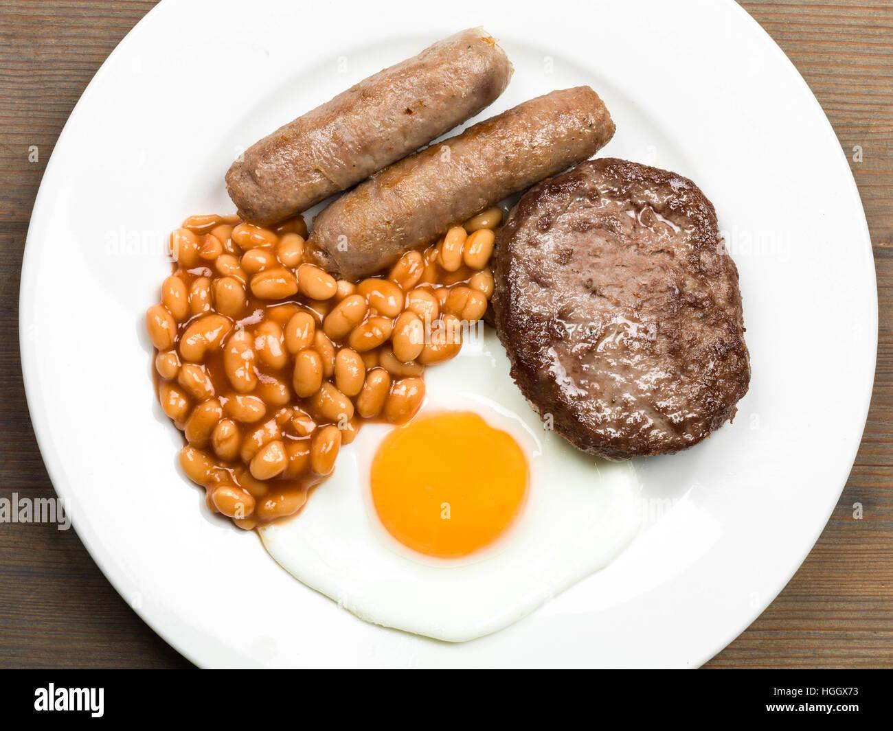 Gebratenes Frühstück mit Würstchen, Hamburger gebackene Bohnen und ein Spiegelei Stockbild